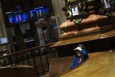 La bolsa española abrió con alza, siguiendo la línea de los principales mercados europeos, después de que los prestamistas internacionales alcanzaran un acuerdo sobre la reducción de deuda de Grecia que permitirá liberar los fondos de rescate que el país necesita para evitar la bancarrota. En la imagen de archivo, una mujer mira las pantallas en la Bolsa de Madrid, el 2 de agosto de 2012. REUTERS/Susana Vera