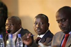 Líder do movimento M23 Jean-Marie Runiga (C) fala com a imprensa em Goma, na República Democrática do Congo. 27/11/2012 REUTERS/James Akena