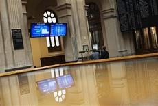 El Ibex-35 cerró el martes con leves bajadas, lastrado por la cautela sobre el sector financiero español a un día de que la Comisión Europea dé su veredicto sobre los planes de saneamiento de los bancos nacionalizados y en una jornada en la que el acuerdo para inyectar fondos a Grecia tuvo una lectura mixta. En la imagen de archivo, operadores siguen la sesión en las pantallas de la Bolsa de Madrid, el 27 de julio de 2012. REUTERS/Susana Vera