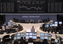 """Las bolsas europeas caían el miércoles ante renovados temores a que un """"precipicio fiscal"""" en la economía estadounidense, una combinación de recortes automáticos del gasto público e incremento de impuestos a partir del próximo año, dañe a los mercados del continente. En la imagen, traders en la Bolsa de Fráncfort, el 27 de noviembre de 2012. REUTERS/Remote/Tobias Schwarz"""