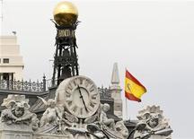 El Gobierno de la Comunidad de Madrid dijo el miércoles que no necesitará acudir al mecanismo de liquidez puesto en marcha por el Ejecutivo español para ayudar a sus regiones, después de haber cerrado la víspera una operación de 1.452 millones de euros con un inversor internacional. En la imagen, una bandera española en lo alto del edificio del Banco de España en Madrid, el 8 de junio de 2012. REUTERS/Andrea Comas