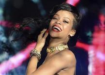 """La cantante de R&B Rihanna entró directa a lo más alto de la lista de 200 discos Billboard el martes con su séptimo récord """"Unapologetic"""", consiguiendo su primer número uno con un álbum a pesar de la variedad de críticas. En la imagen, de 19 de noviembre, la cantante Rihanna. REUTERS/Dylan Martinez"""