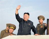 Líder norte-coreano Kim Jong-Un (C) acena durante visita a unidade militar no extremo sudoeste de Pyongyang, em foto oficial da agência KCNA. Ironia claramente não é o forte do jornal oficial do Partido Comunista Chinês, e o sisudo Diário do Povo foi ridicularizado, por não ter entendido uma piada sobre o líder da Coreia do Norte. 19/08/2012 REUTERS/KCNA