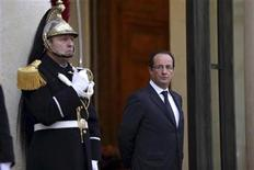 French President Francois Hollande (R) waits for a guest at the Elysee Palace in Paris, November 27, 2012. REUTERS/Philippe Wojazer