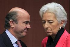El proceso de reestructuración del sector financiero español está bien encaminado aunque no está exento de riesgos por el deterioro de la calidad crediticia, los problemas de liquidez y las adversas condiciones macroeconómicas, dijo el Fondo Monetario Internacional (FMI) en un informe sobre la reforma del sector bancario en España. Imagen del ministro español de Economía, Luis de Guindos, hablando con la directora gerente del FMI, Christine Lagarde, en una reunión del Eurogrupo celebrada el 12 de noviembre en Bruselas. REUTERS/Yves Herman