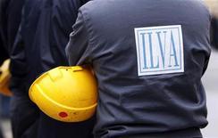 Un lavoratore dell'Ilva a genova il 27 novembre. REUTERS/Alessandro Garofalo