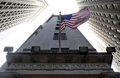 """Вид на здание Нью-Йоркской фондовой биржи 19 ноября 2012 года. Фондовый рынок США компенсировал снижение, зафиксированное при открытии торгов, благодаря комментариям спикера Палаты представителей Джона Бонера, который высказал оптимизм по поводу способности республиканцев и демократов договориться и отвести от страны угрозу """"бюджетного обрыва"""". REUTERS/Chip East"""