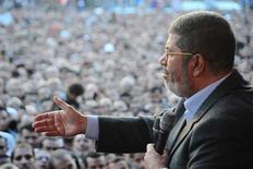 El presidente de Egipto, Mohamed Mursi, se dirigirá a la nación el jueves para referirse al decreto que emitió la semana pasada y a las protestas callejeras que surgieron luego, dijo el miércoles a Reuters una fuente presidencial. En la imagen, Mursi habla a sus seguidores en El Cairo el 23 de noviembre de 2012. REUTERS/Presdiencia de Egipto