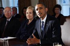 """Presidente Barack Obama (D) fala durante reunião com equipe de gabinete na Casa Branca, em Washington. Obama abriu no Twitter uma nova frente na batalha entre democratas e republicanos a respeito da melhor forma de evitar o """"abismo fiscal"""" no fim do ano. 28/11/2012 REUTERS/Kevin Lamarque"""