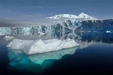 Las pruebas de que el calentamiento global lo genera el ser humano son cada vez más consistentes, dijeron científicos del comité del clima de la ONU, en un nuevo revés a los escépticos que argumentan que el aumento de la temperatura puede explicarse por las variaciones naturales. En esta imagen de archivo, el glaciar Sheldon con el monte Barre en el fondo, visto desde la bahía Ryder, cerca de la estación de investigación Rothera, en la isla de Adelaida, en la Antártida, en esta imagen proporcionada por la NASA. REUTERS/British Antarctic Survey/Handout SÓLO PARA USO EDITORIAL, NI VENTAS NI PARA SU VENTA PARA CAMPAÑAS DE MARKETING O PUBLICIDAD. ESTA IMAGEN HA SIDO PROPORCIONADA POR UN TERCERO. REUTERS LA DISTRIBUYE, EXACTAMENTE COMO LA RECIBIÓ, COMO UN SERVICIO A SUS CLIENTES.