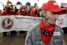 Бельгийские рабочие на демонстрации в Ла-Лувьер 14 ноября 2012 года. Российская стальная группа НЛМК может до конца года остановить бельгийский прокатный завод из-за низкого спроса и падающих цен на его продукцию на фоне европейского кризиса долгов. REUTERS/Eric Vidal