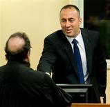 Ramush Haradinaj, un ex líder de guerrilla de Kosovo que sirvió brevemente como primer ministro, fue absuelto el jueves de crímenes de guerra por segunda vez, despejando el camino para su vuelta a la política pero reavivando las tensiones con Serbia. En la imagen, el ex primer ministro de Kosovo y ex comandante del Ejército de Liberación de Kosovo Ramush Haradinaj (a la derecha) estrecha la mano de un abogado antes de la lectura del veredicto en su juicio de apelación en el Tribunal Internacional de la Haya para la Antigua Yugoslavia, el 29 de noviembre de 2012. REUTERS/Koen van Weel/Pool