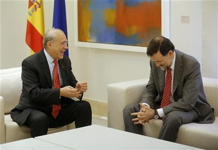 Spain's Prime Minister Mariano Rajoy (R) listens to Organisation for Economic Co-operation and Development (OECD) Secretary General Jose Angel Gurria during their meeting at Moncloa palace in Madrid November 29, 2012. REUTERS/Andrea Comas