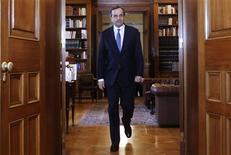 Greek Prime Minister Antonis Samaras arrives at the presidential palace for a meeting with Greek President Karolos Papoulias in Athens November 29, 2012. REUTERS/John Kolesidis