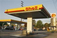 A vehicle stops next to the gas pumps at a Shell gas station in Burbank, California April 29, 2008. REUTERS/Fred Prouser