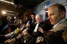 Un tribunal francés absolvió el jueves a Continental Airlines de responsabilidad por el accidente de un Concorde en 2000 en el que murieron 113 personas, y absolvió también a un mecánico de la aerolínea estadounidense del cargo de homicidio involuntario. En la imagen, Olivier Metzner (en el centro), abogado francés de la aerolínea de EEUU Continental, habla con la prensa tras el veredicto en el juicio de apelación del accidente del Concorde, en un tribunal de Versalles, cerca de París, el 29 de noviembre de 2012. REUTERS/Charles Platiau