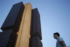 Um homem observa o prédio do banco central em Brasília. O mercado de crédito brasileiro acelerou o ritmo de expansão em outubro ao mesmo tempo em que as taxas de juros renovaram as mínimas históricas, mas a inadimplência continuava sem ceder. 22/09/2011 REUTERS/Ueslei Marcelino