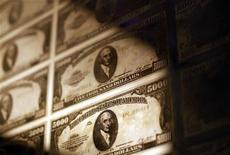 Prensas de impressão de dinheiro norte-americano repousam em museu em Nova York, nos EUA. A economia norte-americana cresceu mais rápido do que o inicialmente estimado no terceiro trimestre, mas a dinâmica não deve ser sustentada, uma vez que o país prepara-se para grandes cortes em gastos do governo e aumentos tributários no começo do ano que vem. 15/10/2010 REUTERS/Shannon Stapleton