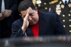 """Hugo Chávez se encuentra """"muy bien"""" de salud, dijo el jueves el vicepresidente de Venezuela, Nicolás Maduro, al día siguiente de que el presidente de la nación petrolera llegara a Cuba para someterse a un tratamiento de oxigenación hiperbárica. Imagen de Chávez saludando al ministro brasileño de Asuntos Exteriores, Antonio Patriota (que no aparece en la fotografía), tras un encuentro en el Palacio Miraflores de Caracas el 1 de noviembre. REUTERS/Carlos García Rawlins"""