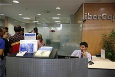 <p>La caisse d'épargne espagnole Ibercaja Banco va racheter sa concurrente Banco Grupo Caja 3, née de la fusion de trois caisses d'épargne. /Photo prise le 18 octobre 2012/REUTERS/Marcelo del Pozo</p>