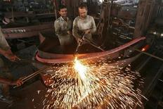 <p>Usine sidérurgique en Inde. L'économie indienne a prolongé sa longue phase de ralentissement au troisième trimestre, avec une progression plus faible que prévu de son PIB, ce qui laisse entrevoir la plus faible croissance annuelle du pays au cours des dix dernières années. /Photo prise le 12 novembre 2012/REUTERS/Mukesh Gupta</p>