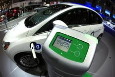 <p>Le constructeur américain Ford a déclaré que sa part de marché aux Etats-Unis dans le segment électrique - voitures hybrides, hybrides rechargeables, véhicules avec batteries électriques - devrait s'établir à 11% cette année, contre 5,2% en 2011. /Photo prise le 6 mars 2012/REUTERS/Denis Balibouse</p>