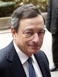 Президент ЕЦБ Марио Драги прибывает на встречу министров финансов еврозоны в Брюсселе 26 ноября 2012 года. Бюджетная консолидация в еврозоне повлечет за собой краткосрочные экономические последствия, но валютный блок на пути к тому, чтобы начать восстановление во второй половине 2013 года, сказал глава Европейского центробанка Марио Драги. REUTERS/Francois Lenoir