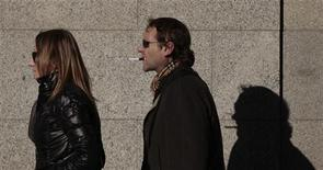 En ocho países de Europa y Escandinavia, cada año se les diagnostican cánceres causados por el tabaquismo a 270.000 personas. En la imagen de archivo, un hombre fuma un cigarrillo electrónico en el centro de Madrid, el 2 de febrero de 2011. REUTERS/Susana Vera