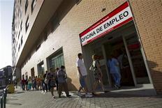 El desempleo en la zona euro alcanzó un nuevo récord en octubre, con otras 173.000 personas sin trabajo, pero los precios al consumidor bajaron drásticamente en noviembre y ofrecieron cierto alivio a los hogares en medio de la recesión. En la imagen de archivo, varias personas entran a una oficina de empleo en Madrid, el 27 de julio de 2012. REUTERS/Juan Medina