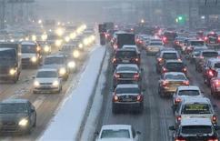 Las políticas de las grandes potencias son inadecuadas para limitar el calentamiento global y EEUU está desviado de cumplir incluso sus suaves promesas de recortar sus emisiones de gases de efecto invernadero, según mostró el viernes un estudio científico. En la imagen, vehículos durante una fuerte nevada en Moscú, el 29 de noviembre de 2012. REUTERS/Sergei Karpukhin