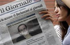 Una donna legge una copia del Giornale, di cui Alessandro Sallusti è direttore. REUTERS/Stefano Rellandini