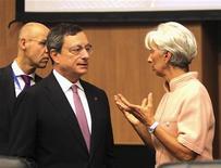 Глава МВФ Кристин Лагард и президент ЕЦБ Марио Драги разговаривают на встрече ECOFIN в Никосии 14 сентября 2012 года. Кризис еврозоны далек от завершения, и страны валютного блока должны консолидировать бюджеты и основать банковский союз, чтобы выйти на более стабильный путь, заявили в пятницу руководители Европейского центробанка и Международного валютного фонда. REUTERS/Andreas Manolis