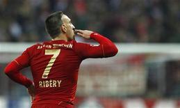 Franck Ribery, do Bayern de Munique, comemora gol durante a partida da primeira divisão alemã Bundesliga contra o Hanover 96, em Munique. O Bayern de Munique pode chegar à sua terceira final da Liga dos Campões em quatro temporadas e pode conseguir vencer o Real Madrid e o Barcelona se enfrentar os gigantes espanhóis na fase eliminatória, disse Franck Ribery nesta sexta-feira. 24/11/2012 REUTERS/Michaela Rehle