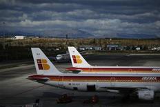 La aerolínea IAG, resultado de la fusión entre British Airways e Iberia, ha presentado una demanda en Reino Unido contra el sindicato español de pilotos Sepla por las huelgas que mantuvo a finales de 2011 y a comienzos de 2012. En la imagen, aviones de Iberia en Barajas, el 29 de noviembre de 2012. REUTERS/Susana Vera