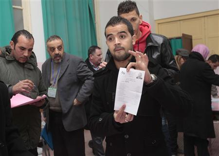 Algerian election workers prepare for the counting of ballots after the end of voting in regional and municipal elections in Algiers, November 29, 20012. REUTERS/Ramzi Boudina
