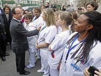 <p>François Hollande à l'hôpital du Kremlin Bicetre. Le président a remobilisé vendredi dans la lutte contre le sida, à la veille de la journée mondiale contre un virus qui touche 34 millions de personnes dans le monde, dont 140.000 en France. /Photo prise le 30 novembre 2012/REUTERS/Remy de la Mauviniere/Pool</p>
