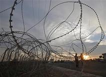 Due persone nella zona del confine tra Siria e Turchia nella città di Ceylanpinar. REUTERS/Laszlo Balogh