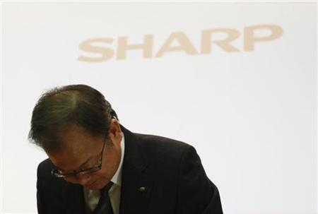 Sharp Corp's President Takashi Okuda bows at the end of a news conference in Tokyo November 1, 2012. Struggling Japanese TV maker Sharp Corp warned it might not be able to survive on its own, as it almost doubled its full-year net loss forecast to $5.6 billion, and said it was considering alliances with other companies. REUTERS/Issei Kato (JAPAN - Tags: BUSINESS SCIENCE TECHNOLOGY)