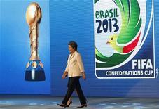 """Presidente Dilma Rousseff caminha no palco durante sorteio oficial dos grupos da Copa das Confederações de 2013 em São Paulo. A presidente Dilma Rousseff disse neste sábado, em discurso durante o sorteio dos grupos da Copa das Confederações de 2013, que o Brasil tem uma dupla responsabilidade no evento-teste do Mundial de 2014, vencer em campo e organizar uma competição """"inesquecível"""". 01/12/2012 REUTERS/Nacho Doce"""