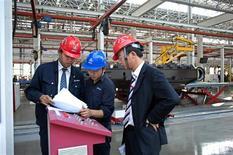 Funcionários trabalham em fábrica da Sany Heavy Industry Co. Ltd na região de Xangai, China. O Índice de Gerentes de Compras (PMI, na sigla em inglês) oficial da indústria da China avançou para 50,6 em novembro, sua máxima em sete meses, ante 50,2 registrados em outubro, informou o departamento nacional de estatísticas do país neste sábado. 26/10/2012 REUTERS/Darcy Holdorf