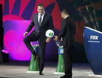 <p>Le secrétaire général de la FIFA Jérôme Valcke (à gauche) aux côtés de l'ancien footballeur brésilien Cafu lors du tirage au sort de la Coupe des Confédérations, à Sao Paulo. Hôte de la compétition, le Brésil ouvrira la compétition face au Japon, le 15 juin prochain dans la capitale Brasilia. /Photo prise le 1er décembre 2012/REUTERS/Nacho Doce</p>