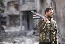 Internet ha vuelto a funcionar en la capital de Siria, Damasco, y en la ciudad de Homs el sábado, según afirmaron residentes, tras dos días de corte que los expertos atribuyen a las autoridades. En la imagen, un combatiente del Ejército de Liberación Sirio sostiene su rifle en una calle destruida de Alepo, el 29 de noviembre de 2012. REUTERS/Zain Karam