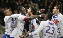 <p>L'Olympique Lyonnais a pris samedi un peu d'avance sur ses poursuivants en tête de la Ligue 1 après sa victoire sur Montpellier (1-0) avec un nouveau but de Bafétimbi Gomis (2e à gauche) à la clé. /Photo prise le 1er décembre 2012/REUTERS/Robert Pratta</p>