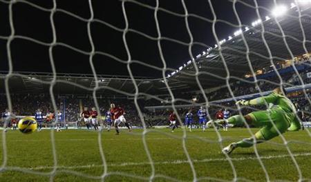 Manchester United's Wayne Rooney shoots to score against Reading during their English Premier League soccer match at the Madejski Stadium in Reading, southern England December 1, 2012 REUTERS/Eddie Keogh