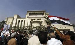 Supporters of Egyptian President Mohamed Mursi shout slogans in front of the Supreme Constitutional Court in Maadi, south of Cairo December 2, 2012. REUTERS/Amr Abdallah Dalsh
