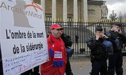 Los sindicatos franceses acusaron el sábado al presidente François Hollande de traición, después de que su Gobierno se retractara de la amenaza de nacionalizar la siderúrgica Florange de ArcelorMittal. En la imagen, un trabajador de Arcelor Mittal en la planta de Florange, protesta frente a la Asamblea Nacional de París, el 28 de noviembre de 2012. REUTERS/Jacky Naegelen