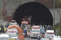 Policiais e bombeiros reúnem-se em frente ao túnel Sasago na rodovia Chuo em Otsuki, Japão. Partes de um túnel em uma rodovia da região central do Japão desmoronaram neste domingo, deixando pelo menos três mortos e iniciando um incêndio, informaram meios de comunicação do país. 02/12/2012 REUTERS/Kyodo
