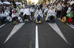 Miles de personas con discapacidad y sus familiares se manifestaron el domingo en Madrid en protesta por la disminución en las ayudas a este colectivo, en una nueva muestra de las movilizaciones que vienen teniendo lugar en España en los últimos meses en respuesta a los recortes en el gasto público implementados por el Gobierno. En la imagen, personas en silla de ruedas participan en la protesta contra los recortes en las ayudas a los discapacitados en Madrid. REUTERS/Andrea Comas