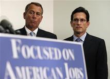 Presidente da Câmara dos Deputados dos EUA, John Boehner (E), e Eric Cantor participam de entrevista no Capitol Hill em Washington, EUA. Boehner disse neste domingo que a Casa Branca e os negociadores republicanos não obtiveram progresso nas conversas para evitar o abismo fiscal, num plano que inclui aumento de impostos e profundos cortes de gastos. 28/11/2012 REUTERS/Yuri Gripas