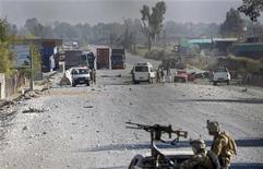Forças de segurança afegãs fazem inspeção em área de ataque em Jalalabad, Afeganistão. Homens-bomba detonaram explosivos e dispararam foguetes neste domingo do lado de fora de uma grande base norte-americana no Afeganistão, matando cinco pessoas. 02/12/2012 REUTERS/Parwiz